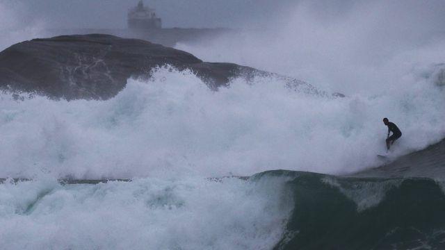 Серфер ловит волну в Атлантическом океане возле побережья Бразилии, август 2017 года.