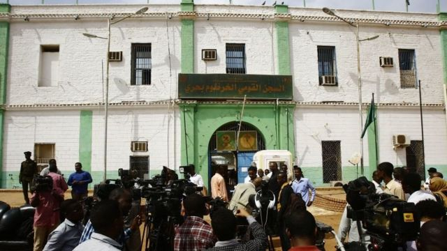 صحفيون خارج سجن كوبر في شمالي الخرطوم، عقب إطلاق سراح 259 من المقاتلين المعارضين لحكم عمر البشير، بعد أن أصدر البشير عفواً في 8 مارس/آذار 2017 ،