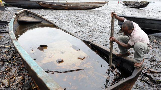 Pollution d'un fleuve dans l'état du Rivers au Nigeria