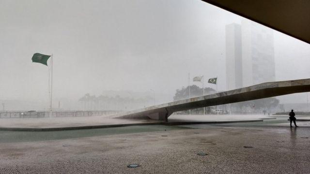 Chuva na Praça dos Três Poderes