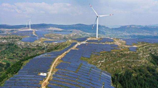 Campo de energía solar y eólica en China.