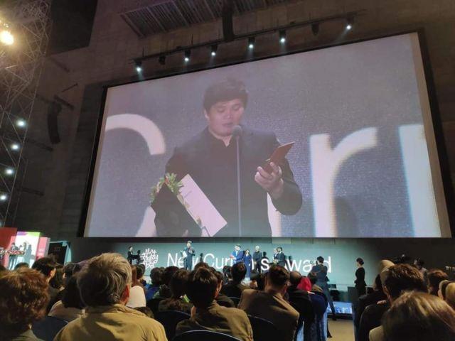 Đạo diễn Trần Thanh Huy nhận giải thưởng tại LHP Busan.