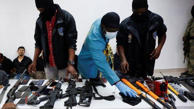 Haiti polisi yakalanan militanları ve silahlarını perşembe günü düzenlediği basın toplantısında sergiledi