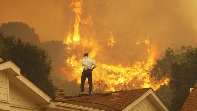 ABD'nin California eyaletinde bir adam, evinin çatısında yaklaşmakta olan yangını izlerken