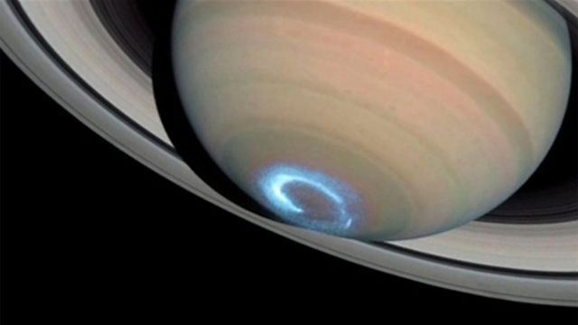 Imagem da aurora em Saturno feita em janeiro de 2004