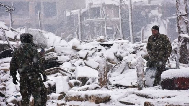 عناصر من القوات السورية وسط الثلوج