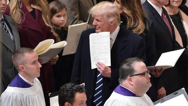 Дональд Трамп во время церковной службы