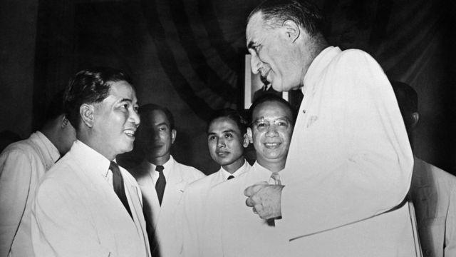 Cao ủy Pháp Henri Hoppenot (phải) chúc mừng Tổng thống Ngô Đình Diệm ngày thành lập đệ nhất VNCH tháng 10/1955