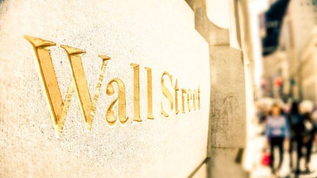 Wall Street escrito en una pared