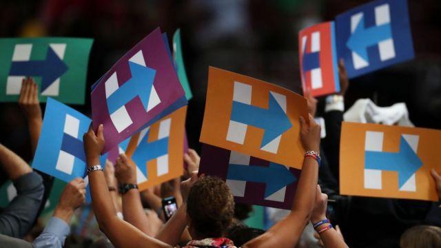 ヒラリーの「H」をかたどった、選挙プラカードを掲げる民主党代議員たち(26日)