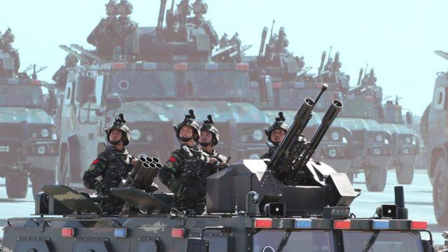 中国解放军在2017年8月的阅兵中展示军力。