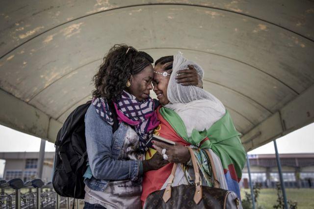 一對厄立特里亞姐妹哭泣並擁抱在一起。