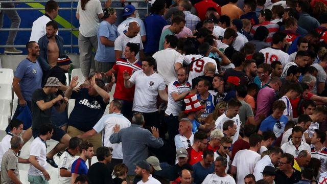 Aficionados rusos agreden a hinchas ingleses.