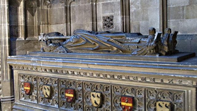 Надгробие в Кентерберийском соборе с предполагаемым гербом Бекета