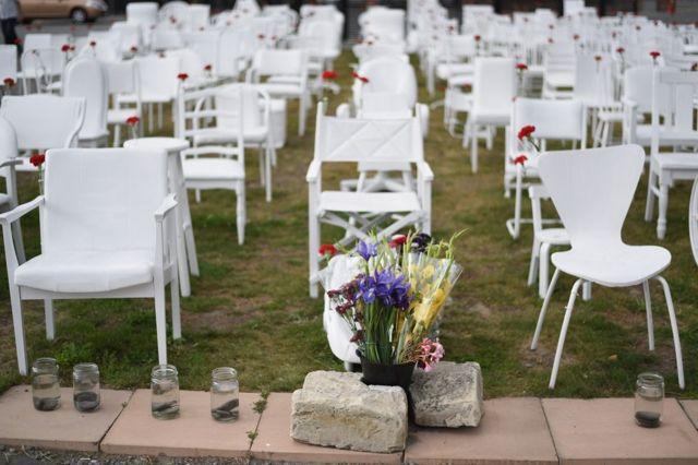 185人分の椅子を並べて地震の犠牲者を追悼するアート作品