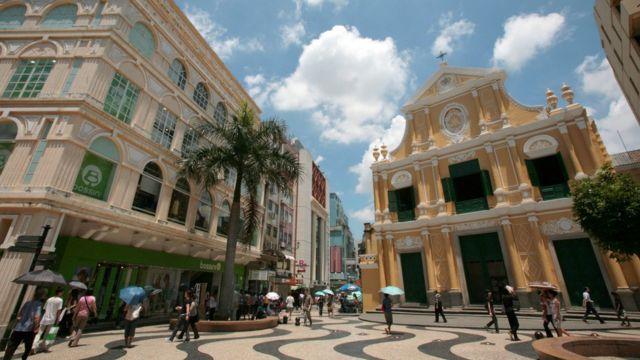 澳门老城区的建筑和葡式碎石路让游人有置身葡萄牙的错觉。