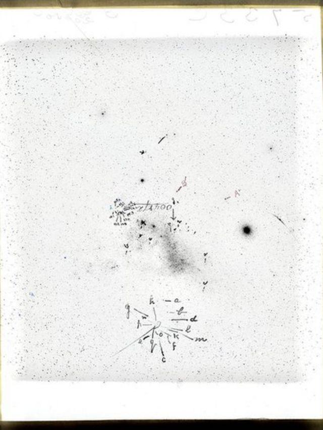 Esta placa da Pequena Nuvem de Magalhães apresenta observações de Leavitt sobre seus estudos de variáveis Cefeidas