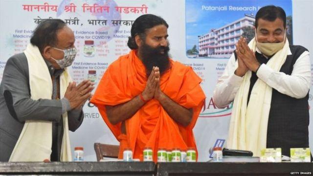 رام دیو کے ساتھ انڈیا کے دو مرکزی وزرا