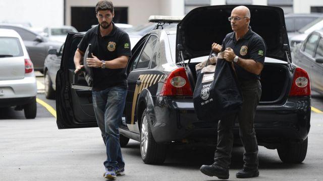 A Polícia Federal e Receita Federal em ação na 30ª fase da Operação Lava Jato; carros da PF chegam com malotes e computadores na sede do órgão, na região portuária do Rio