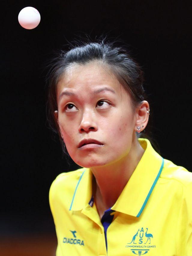 ٹیبل ٹینس مقابلوں کے ابتدائی مرحلے میں آسٹریلیا کی ٹریسی فینگ کی موریشیئس کے خلاف مقابلے کی تصویر۔