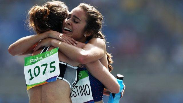 La atleta neozelandesa Nikki Hamblin (izquierda) y la estadounidense Abbey D'Agostino (derecha).
