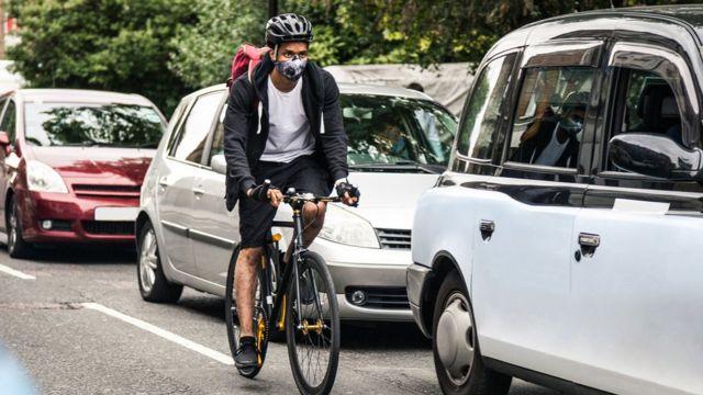 Ciclista en un atasco