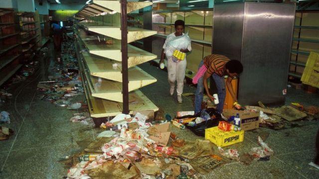 Interior de un supermercado en Venezuela durante las protestas que se vivieron en febrero de 1989.