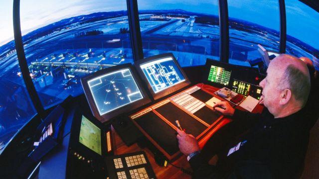 Una torre de control de un aeropuerto