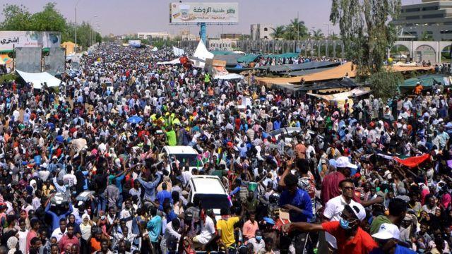 حشود من المعتصمين في الخرطوم