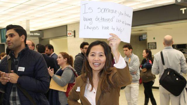 在杜勒斯機場協助被截查旅客兼順道示威的律師(29/1/2017)