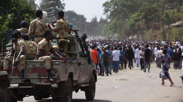Des policiers de la région d'Oromia face à des manifestants en marge de la célébration du nouvel an, Irreechaa, à Bishoftu, le 2 Octobre 2016.