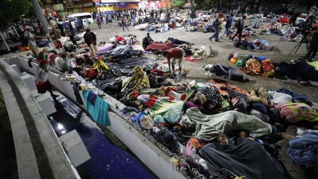 Migrantes de la caravana descansan en una plaza de Chiapas