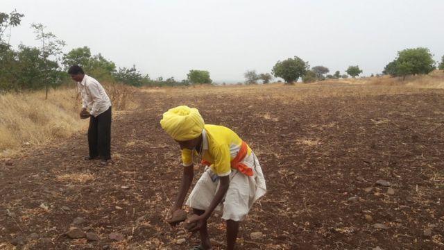 ही जमीन परत करण्याची शेतकऱ्यांची मागणी आहे