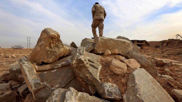 地元民兵指揮官は「100%破壊された」と。写真は、ニムルドのがれきの上に立つイラク軍兵士(15日)