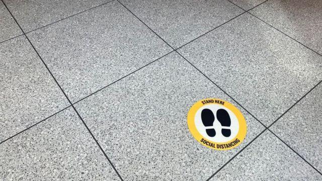 Sinal no chão para orientar distância entre as pessoas