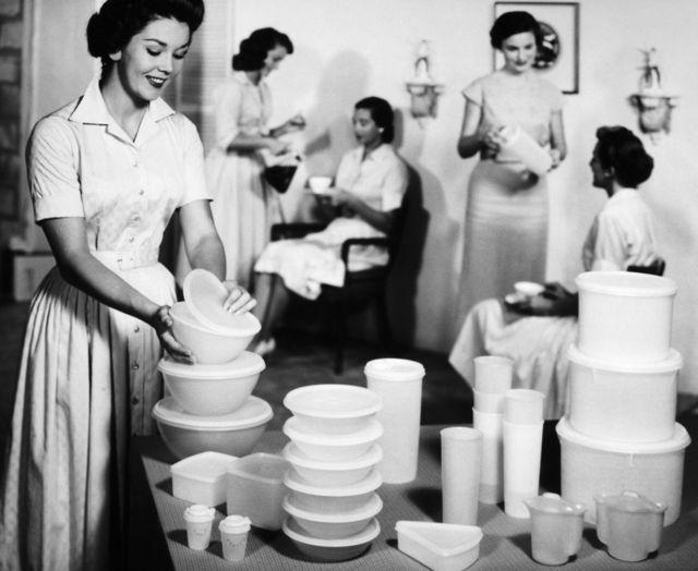Американские домохозяйки обмениваются посудой Tupperware в 1950 году