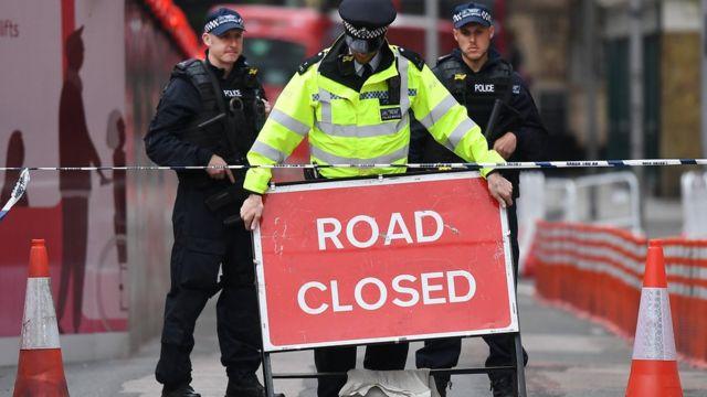 رجال شرطة يغلقون موقع الهجوم الأخير في لندن