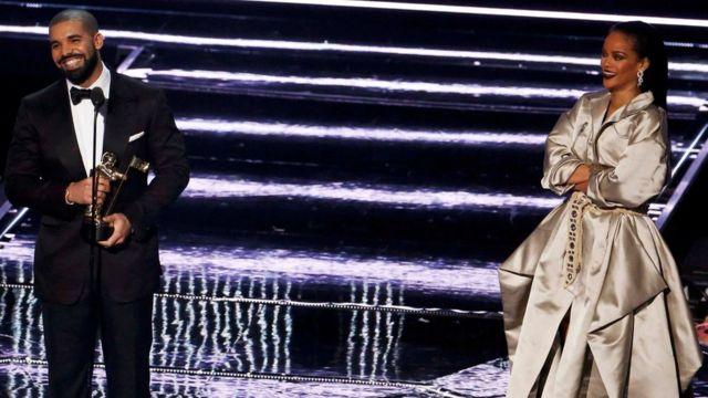 """Le chanteur Drake a déclaré son """"amour"""" à Rihanna avant de lui remettre le prix Michael Jackson Vanguard Award"""
