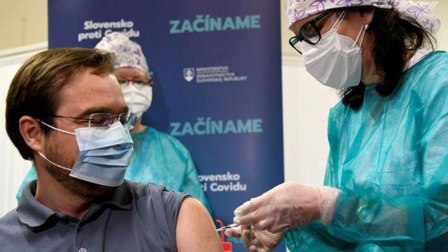 Министр здравоохранения Словакии получает инъекцию вакцины 26 декабря 2020 года