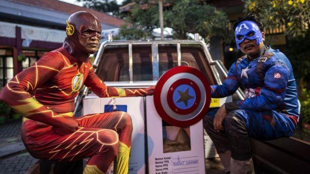 Süperkahraman kostümleri içindeki görevliler sandıkları yerlerine taşıyıp, oy verme işlemine destek verecekler.