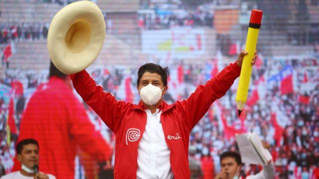 Pedro Castillo sempre usa chapéu de palha e carrega um lápis