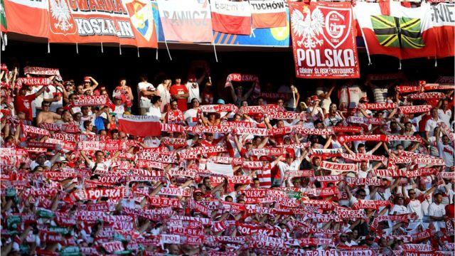 El rojo de la afición polaca...