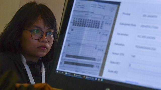 """Pekerja memasukkan data hasil foto Formulir C1 pada """"War Room Real Count"""" Tim Kampanye Nasional (TKN) pasangan Capres-Cawapres nomor urut 01 Jokowi - KH Ma'ruf Amin di Hotel Gran Melia, Jakarta."""
