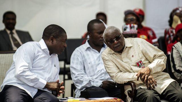 Le président mozambicain, Filipe Nusi (à gauche, parlant à Armando Guebuza à la clôture de la campagne du FRELIMO pour les élections générales, le 12 octobre 2014.