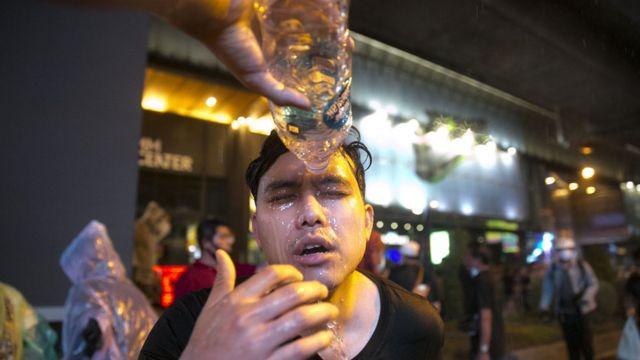 Một người biểu tình trúng hơi cay