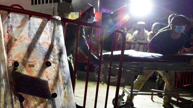 эвакуация раненого взрывом у кабульского аэропорта