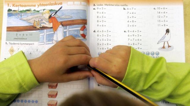 Aluno finlandês resolvendo exercício escolar