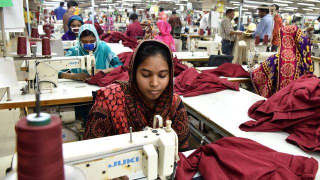 Una mujer frente a una máquina de coser en una fábrica de confección en Daca, febrero 2020.