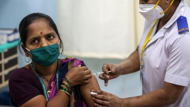 hindistan'da aşı olan bir kadın.