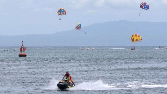 Sejumlah wisatawan bermain wahana permainan air di kawasan watersport Tanjung Benoa, Badung, Bali, Selasa (07/01).